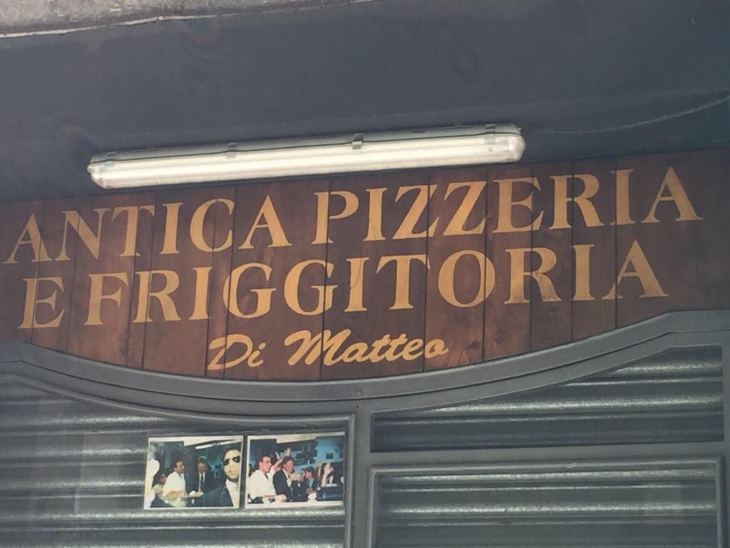 Neapel ist Neapel. Was soll das heißen? Es gibt keinen Vergleich, denn diese Stadt ist einzigartig. Es vereint so viele Gegensätze, dass man kaum einen gemeinsamen Nenner dafür finden kann. Es ist eine Brutstätte für Künstler, Kultur wo man hinsieht.