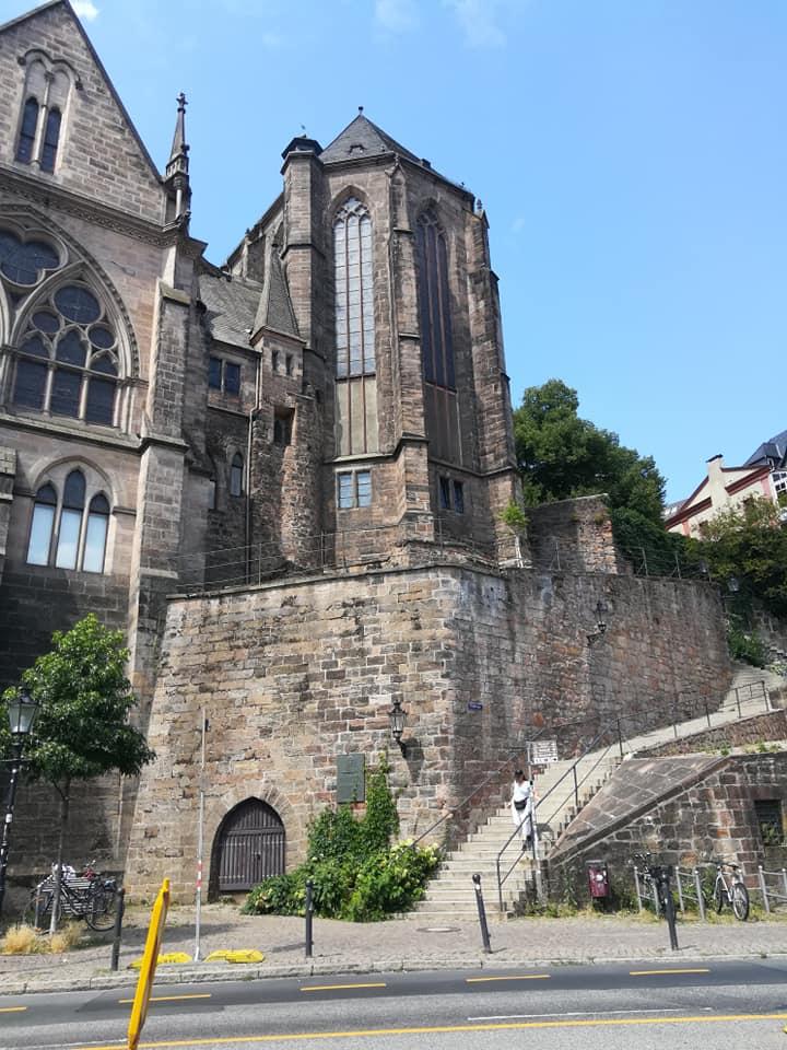 Bild von einer Kirche in der Innenstadt von Marburg nahe der Universität