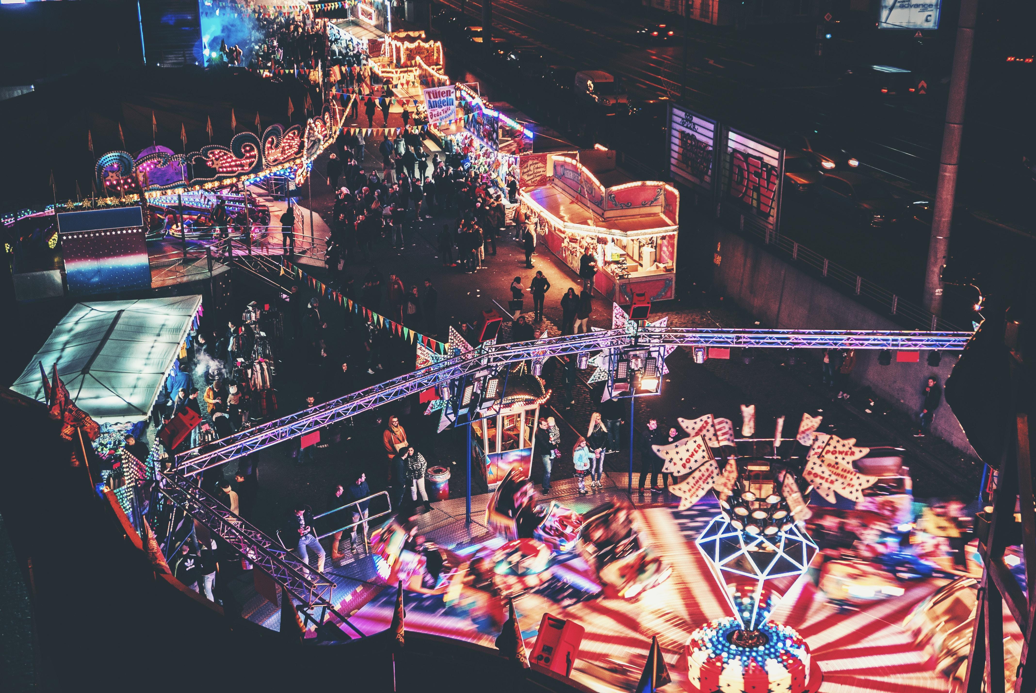 Karnevalsfest in Köln bei Nacht