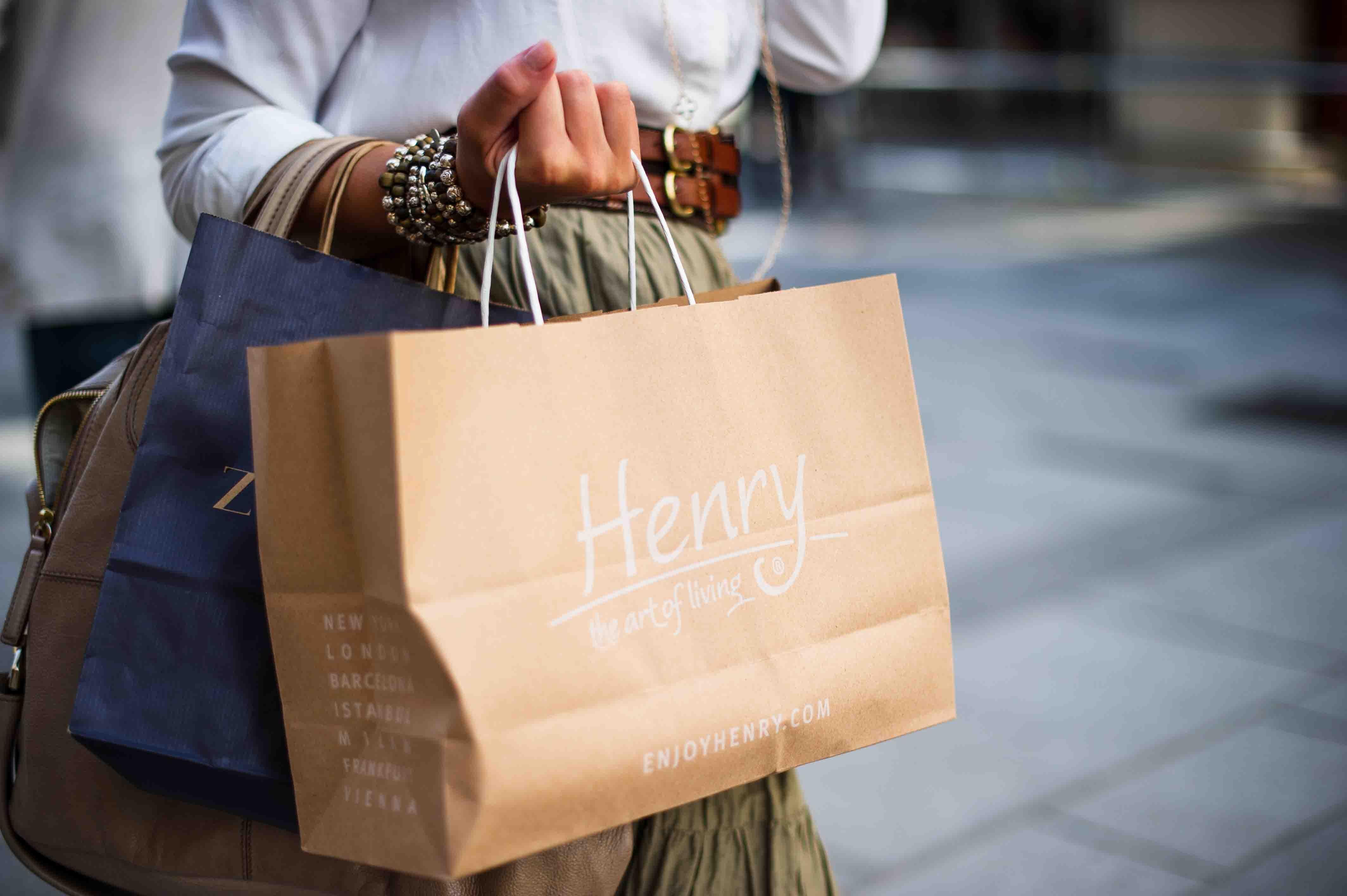 Einkaufstaschen einer Frau
