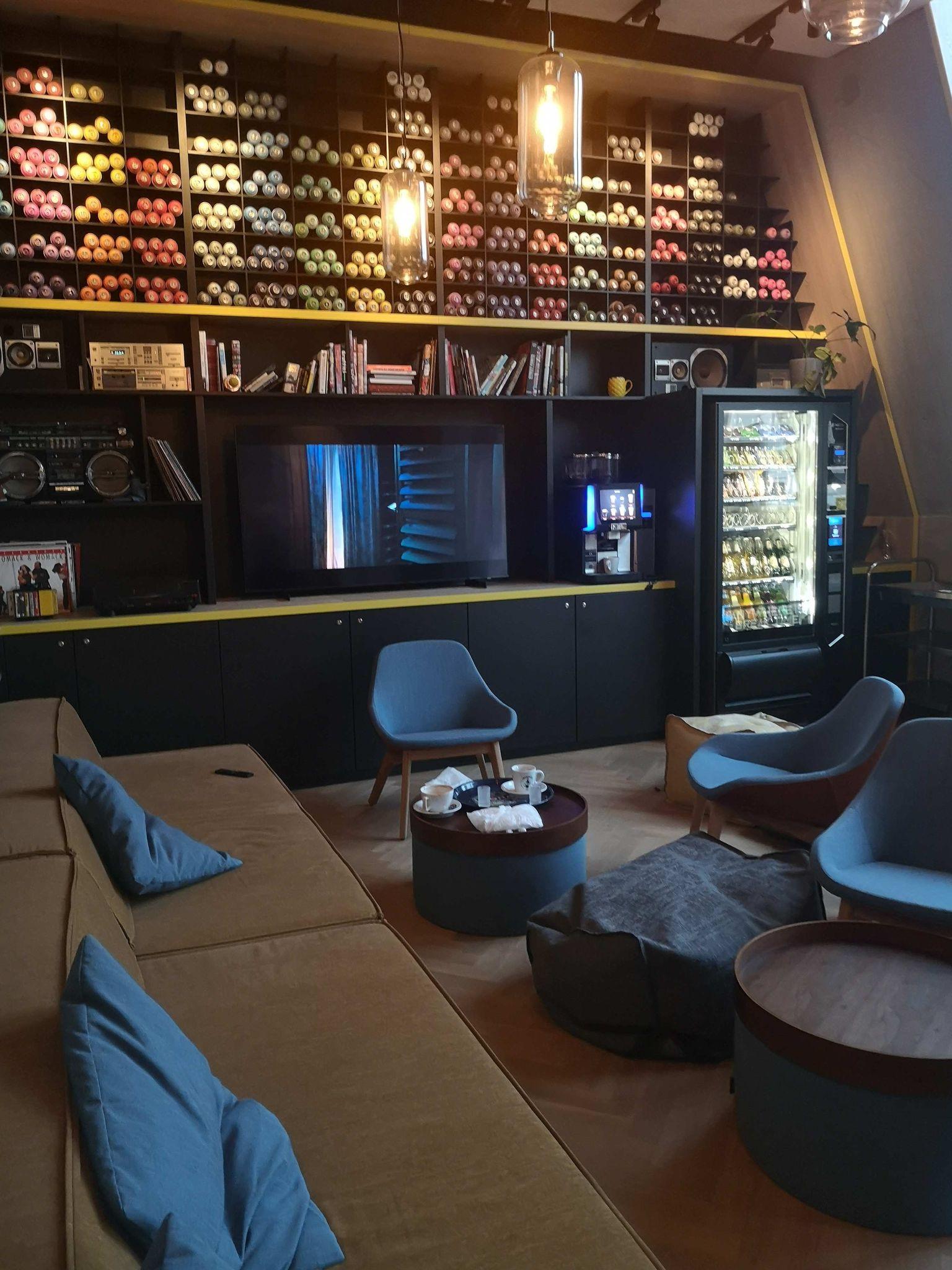 Lounge mit Fernseher für gemeinsame Abende